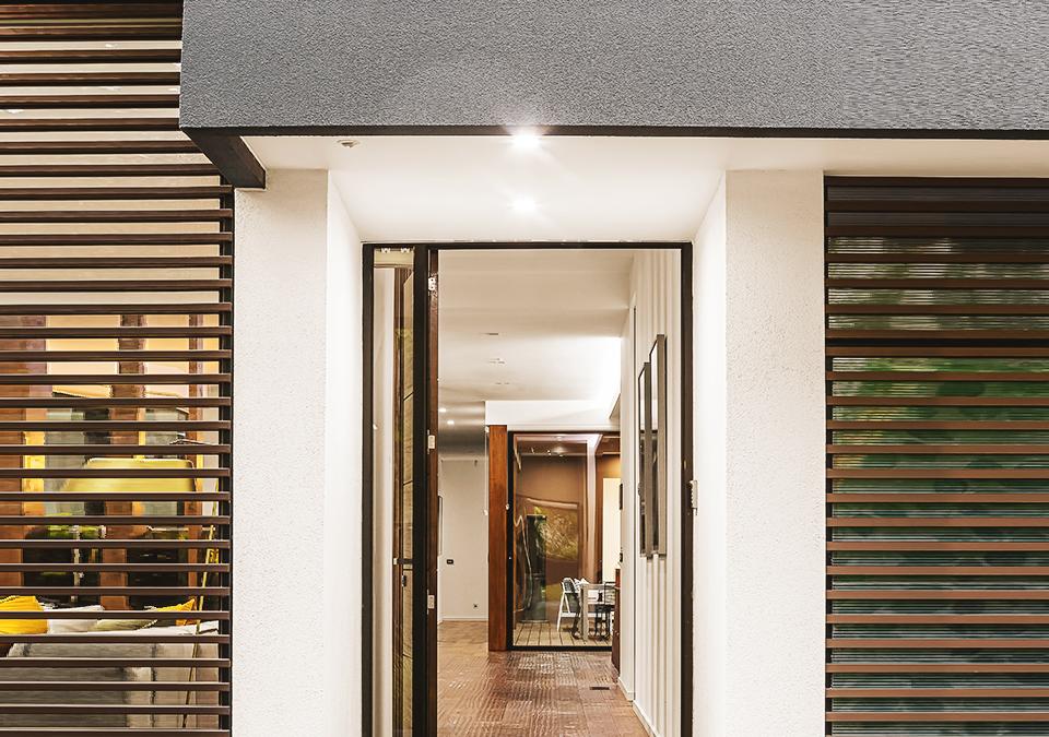 Ob odpiranju vhodnih vrat se samodejno vklopi luč na hodniku.