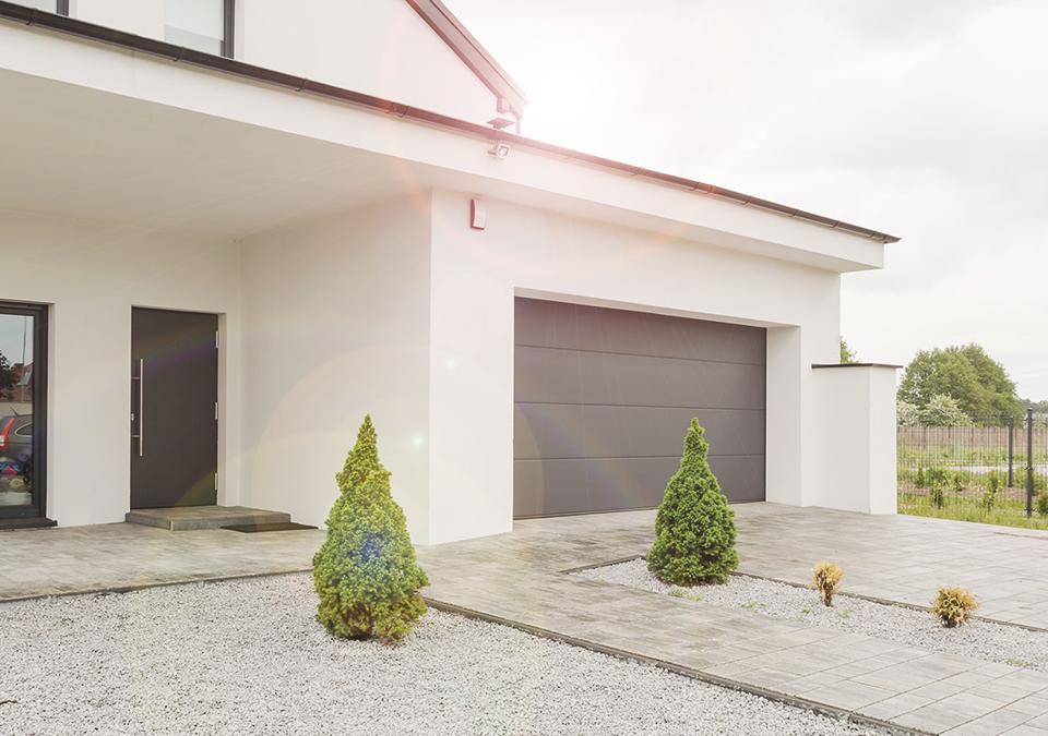 Na daljavo zaprete garažna vrata ali senčila.
